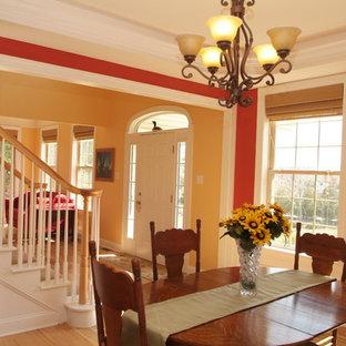 Mittelgroßes Klassisches Esszimmer ohne Kamin mit roter Wandfarbe, hellem Holzboden und braunem Boden in Philadelphia