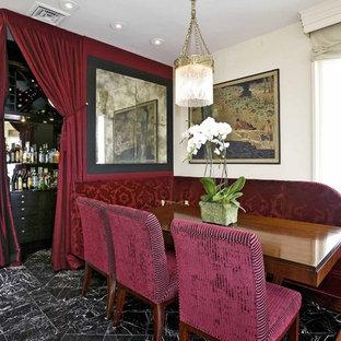 Ejemplo de comedor clásico con paredes blancas, suelo de mármol y suelo negro