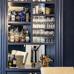 Esempio di una piccola sala da pranzo moderna chiusa con pareti blu, parquet chiaro, camino classico, cornice del camino piastrellata e pavimento marrone