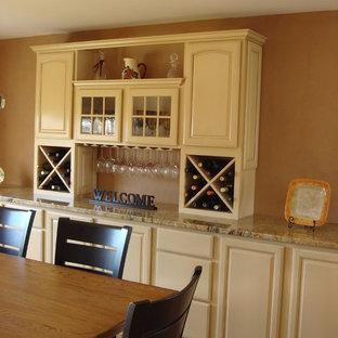 Ispirazione per una sala da pranzo aperta verso la cucina classica di medie dimensioni con pavimento in legno massello medio, pavimento marrone e pareti arancioni