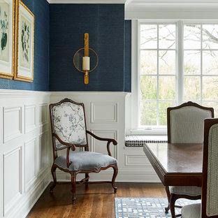 Ispirazione per una sala da pranzo tradizionale con pareti multicolore, pavimento in legno massello medio, pavimento marrone, soffitto ribassato e carta da parati