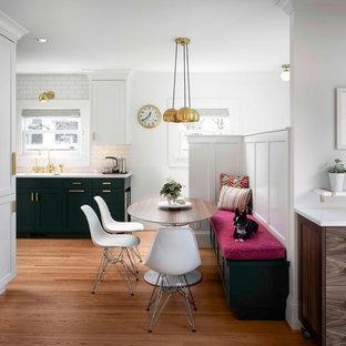 Ejemplo de comedor clásico renovado, pequeño, abierto, sin chimenea, con suelo de madera en tonos medios y paredes blancas