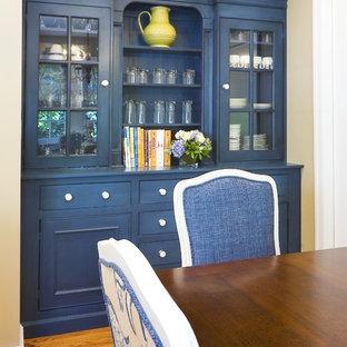 Idee per una sala da pranzo classica con pareti beige e pavimento in legno massello medio