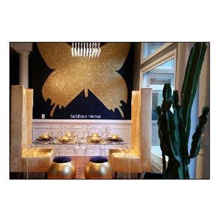 アトランタの中サイズのエクレクティックスタイルのおしゃれなダイニングキッチン (メタリックの壁、無垢フローリング) の写真