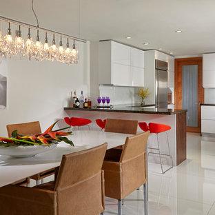 Imagen de comedor moderno, grande, abierto, con paredes blancas y suelo de mármol