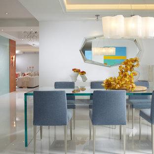 На фото: большая кухня-столовая в современном стиле с белыми стенами, мраморным полом и белым полом
