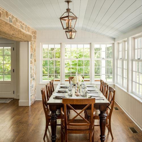 Geschlossenes, Großes Landhaus Esszimmer Ohne Kamin Mit Weißer Wandfarbe,  Braunem Holzboden Und Braunem Boden