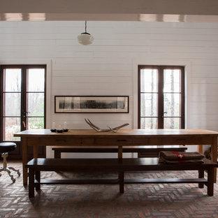 Foto di una grande sala da pranzo stile rurale con pavimento in mattoni e pareti bianche