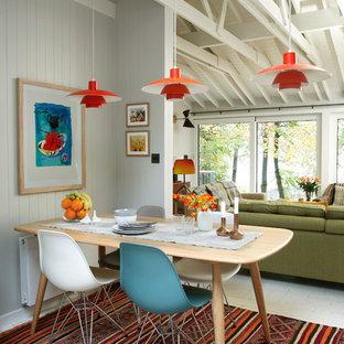 Ejemplo de comedor ecléctico, abierto, con paredes grises y suelo de madera pintada