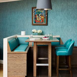 Ejemplo de comedor actual, abierto, con paredes azules