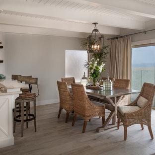 Idéer för mellanstora maritima kök med matplatser, med klinkergolv i porslin och grå väggar
