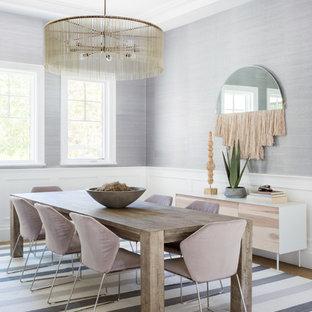 Immagine di una grande sala da pranzo aperta verso il soggiorno stile marino con pareti con effetto metallico, parquet chiaro e pavimento beige