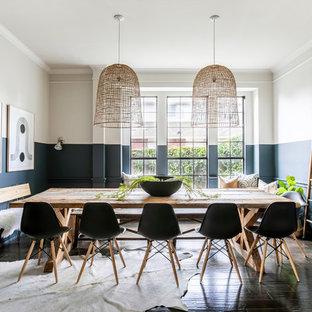Foto di una sala da pranzo stile marinaro chiusa e di medie dimensioni con pareti multicolore, parquet scuro, nessun camino e pavimento marrone