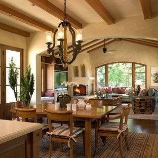 Свежая идея для дизайна: гостиная-столовая в средиземноморском стиле с угловым камином - отличное фото интерьера