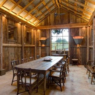 Idee per una grande sala da pranzo stile rurale chiusa con pareti marroni, pavimento in cemento, nessun camino e pavimento grigio