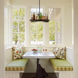 Ejemplo de comedor campestre con paredes blancas y suelo de madera oscura