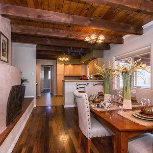 Diseño de comedor de cocina de estilo americano, grande, con paredes blancas, suelo de madera en tonos medios, chimenea tradicional y marco de chimenea de ladrillo
