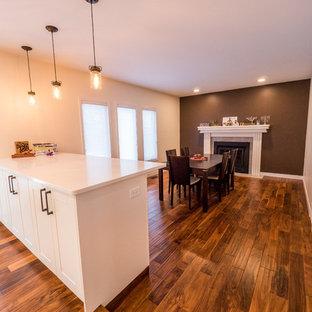 Diseño de comedor de cocina clásico renovado, de tamaño medio, sin chimenea, con paredes beige, suelo de madera en tonos medios y suelo marrón