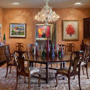 Foto di una sala da pranzo mediterranea con pareti arancioni
