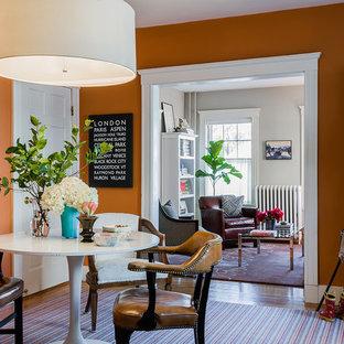 Inspiration för mellanstora klassiska matplatser med öppen planlösning, med orange väggar och mellanmörkt trägolv