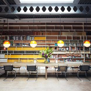 На фото: класса люкс огромные столовые в стиле лофт с бетонным полом и серым полом