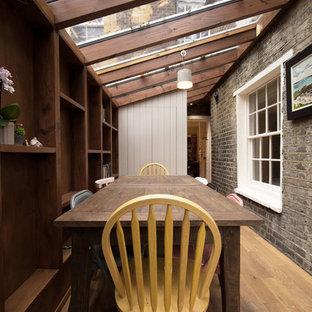 Идея дизайна: маленькая отдельная столовая в стиле кантри с паркетным полом среднего тона без камина