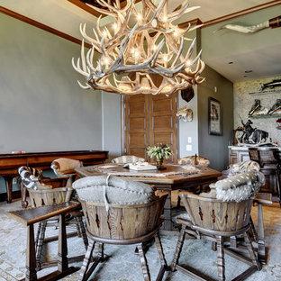 Ejemplo de comedor rústico con paredes grises y moqueta
