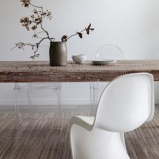 Inspiration pour une salle à manger ouverte sur la cuisine minimaliste de taille moyenne avec un mur blanc, un sol en carrelage de porcelaine, aucune cheminée, un sol gris et un plafond en lambris de bois.