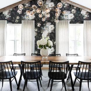 Idee per una sala da pranzo chic chiusa e di medie dimensioni con pareti multicolore, pavimento in legno massello medio, nessun camino e pavimento marrone
