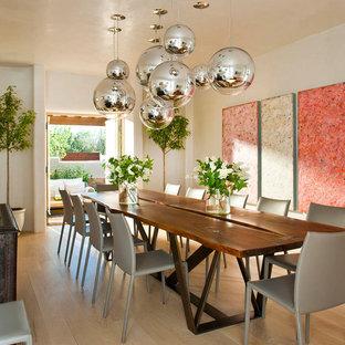 Idee per una sala da pranzo aperta verso la cucina american style con pareti bianche e pavimento in legno massello medio