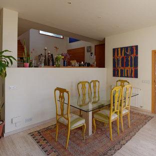 Imagen de comedor mediterráneo, de tamaño medio, cerrado, con paredes beige, suelo de mármol y suelo beige