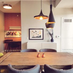 Idee per una piccola sala da pranzo aperta verso la cucina minimalista con pareti arancioni, parquet chiaro e nessun camino