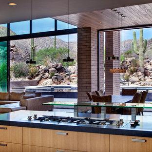 Foto di una sala da pranzo aperta verso la cucina moderna di medie dimensioni con pareti multicolore e pavimento in cemento