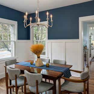 Idee per una sala da pranzo chic chiusa e di medie dimensioni con pareti blu, pavimento in legno massello medio e nessun camino