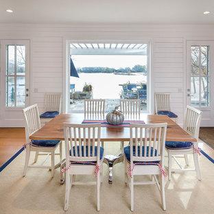 Idéer för maritima separata matplatser, med vita väggar och mellanmörkt trägolv