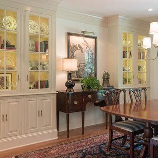 Idéer för en mellanstor klassisk separat matplats, med beige väggar, mörkt trägolv och brunt golv