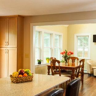 Immagine di una piccola sala da pranzo aperta verso la cucina chic con pareti beige e pavimento in bambù