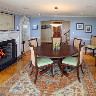 Foto di una grande sala da pranzo classica chiusa con pareti blu, parquet chiaro, camino classico e cornice del camino in intonaco