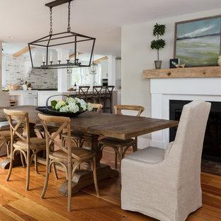 Diseño de comedor de cocina de estilo de casa de campo, de tamaño medio, con paredes beige, suelo de madera en tonos medios, chimenea tradicional, marco de chimenea de yeso y suelo marrón