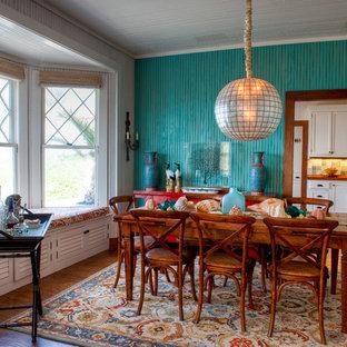 Immagine di una sala da pranzo tropicale chiusa e di medie dimensioni con pareti blu, parquet scuro, nessun camino e pavimento marrone