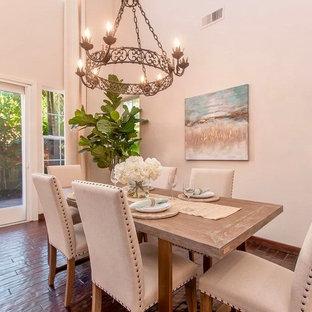 Ispirazione per una grande sala da pranzo aperta verso il soggiorno chic con pareti bianche, parquet scuro e pavimento marrone
