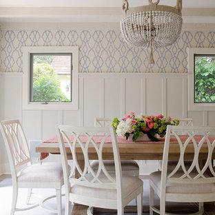 Ispirazione per una sala da pranzo stile marino con pareti multicolore e pavimento grigio
