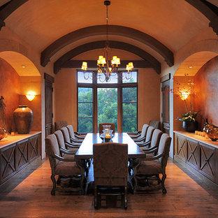 Idées déco pour une très grande salle à manger ouverte sur la cuisine méditerranéenne avec un mur beige et un sol en bois brun.