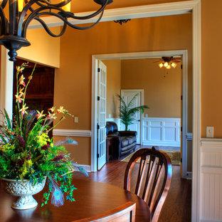 Ispirazione per una sala da pranzo classica di medie dimensioni e chiusa con pareti marroni e pavimento in legno massello medio