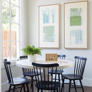 Idee per una grande sala da pranzo stile marinaro con parquet scuro, pavimento marrone e pareti bianche