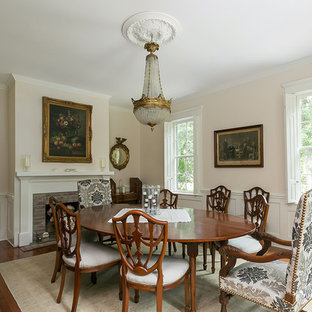 Immagine di una sala da pranzo classica chiusa e di medie dimensioni con pavimento in legno massello medio, camino classico e cornice del camino in intonaco