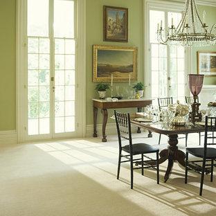 Foto di una sala da pranzo aperta verso il soggiorno vittoriana con pareti verdi e moquette