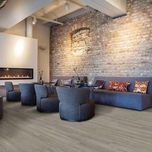 Esempio di una grande sala da pranzo industriale con pareti bianche, pavimento in vinile, camino lineare Ribbon, cornice del camino in intonaco e pavimento beige