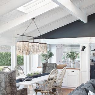 Ispirazione per un'ampia sala da pranzo aperta verso il soggiorno stile marinaro con pareti nere, pavimento in legno massello medio, pavimento rosso e nessun camino