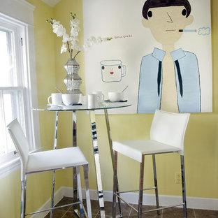 Imagen de comedor bohemio con paredes amarillas y suelo de baldosas de cerámica